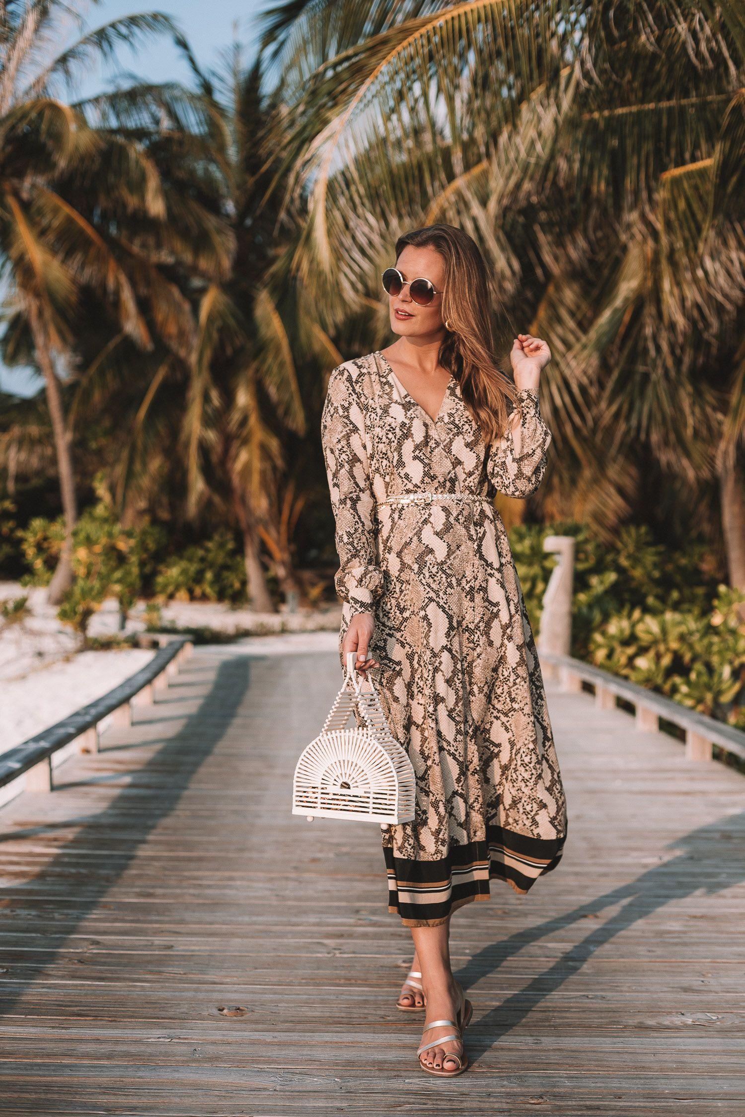 2c7a6e0f6c9fca Fashion Trends im Sommer 2019 - Animal Print Kleid von H&M und Cult Gaia  Bambus Bag