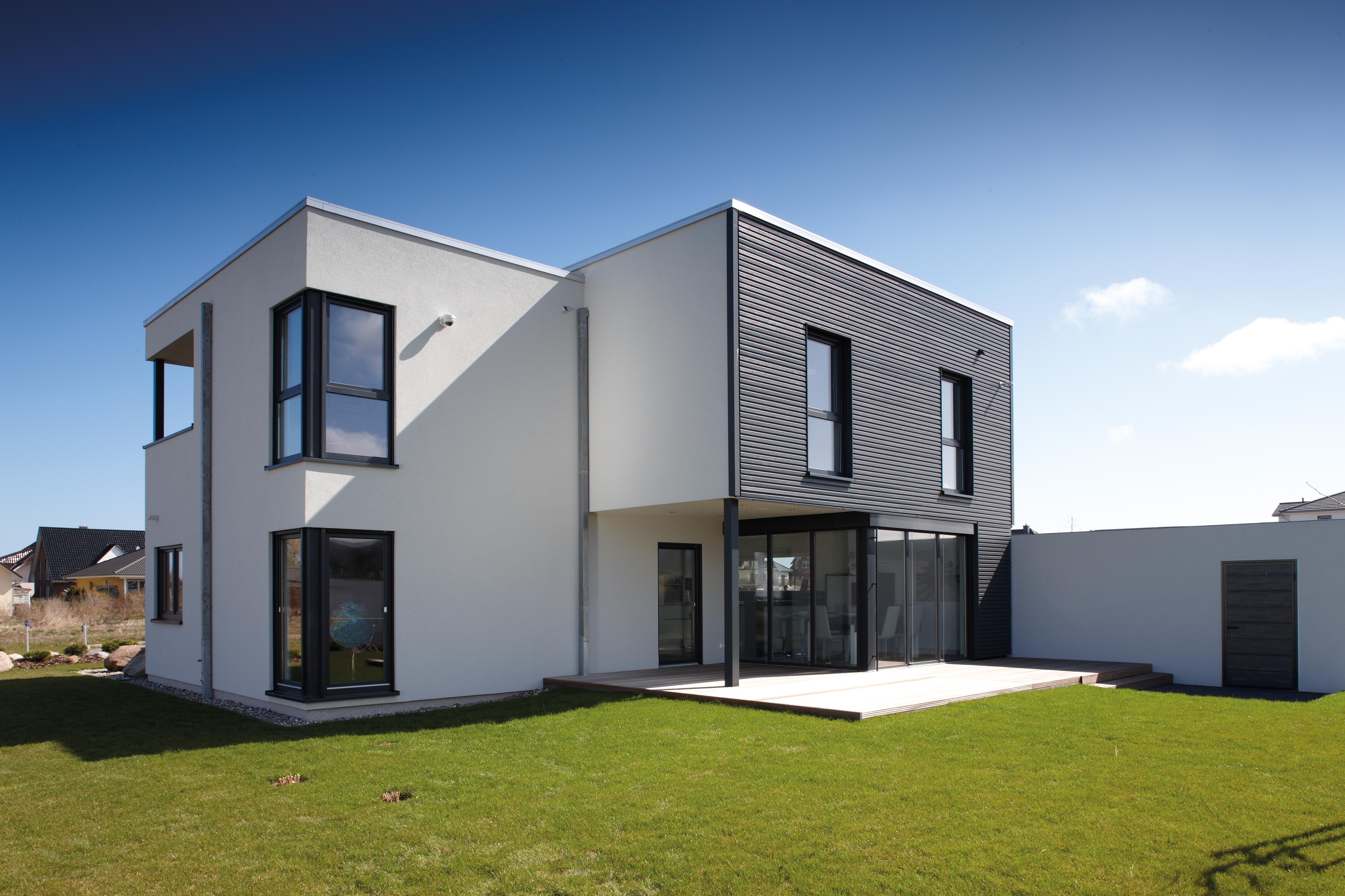 Hausideen Das Fertighaus Im Bauhaus Stil In Grau Und Weiss Setzt Akzente Mit Der Schwarzen Holzfassade Haus Haus Ideen Style At Home