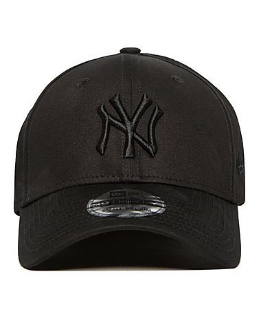 f29ee15d57c New Era is an official Major League Baseball product for the New York  Yankees. This 39THIRTY cap comes in an array of colours.This black  colourway features ...