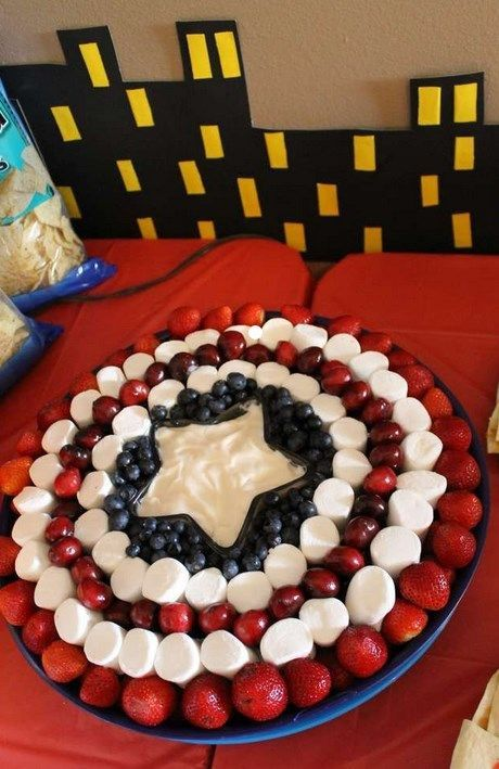 fruits, candies and cream: a great DIY idea for a Avengers Birthday party. #captainamerica #party #birthdayparty