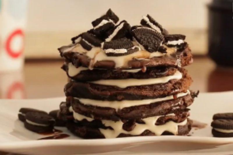 Aprenda a fazer essa receita de panqueca de oreo rápida e deliciosa feita com massa de chocolate e aqueles famosos biscoitos recheados oreo. Experimente!