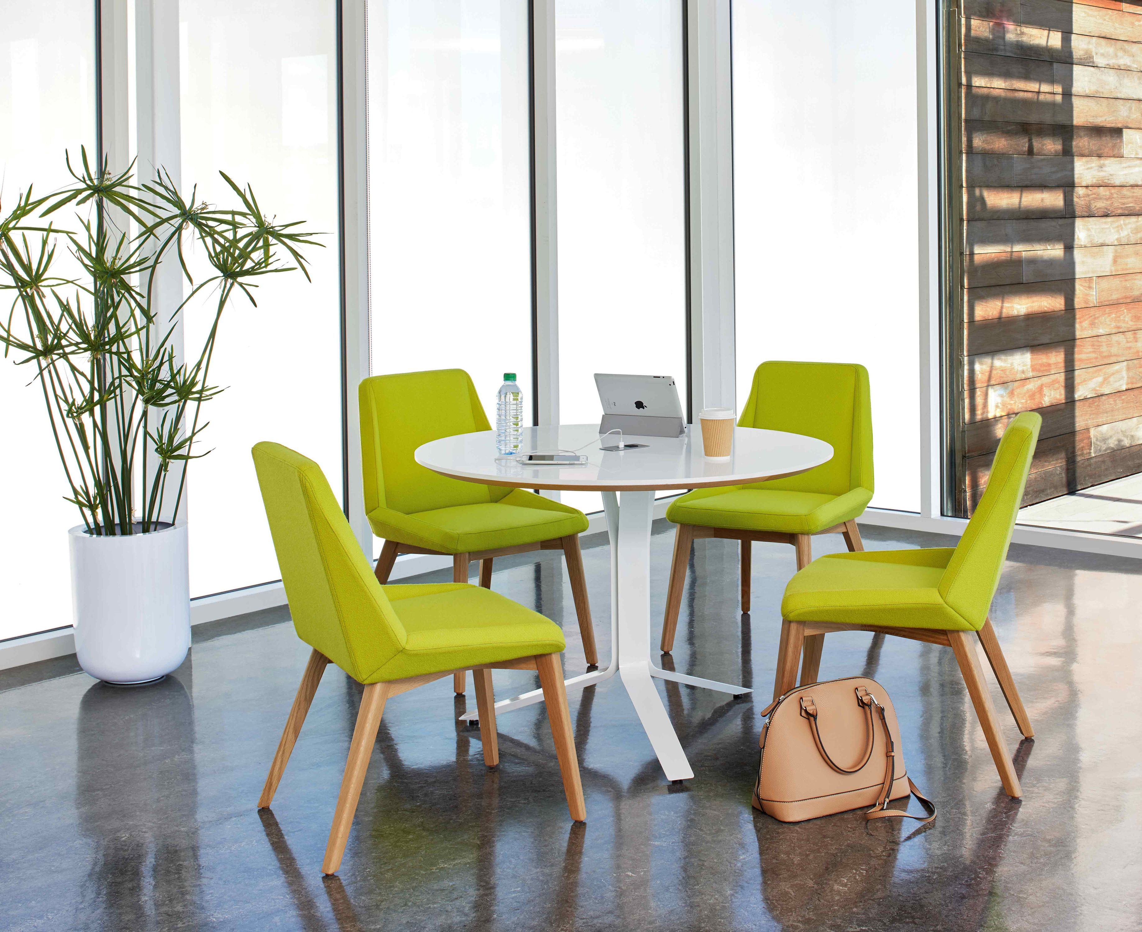 Arcadia Vero Meeting Table and Nios Guest Chairs