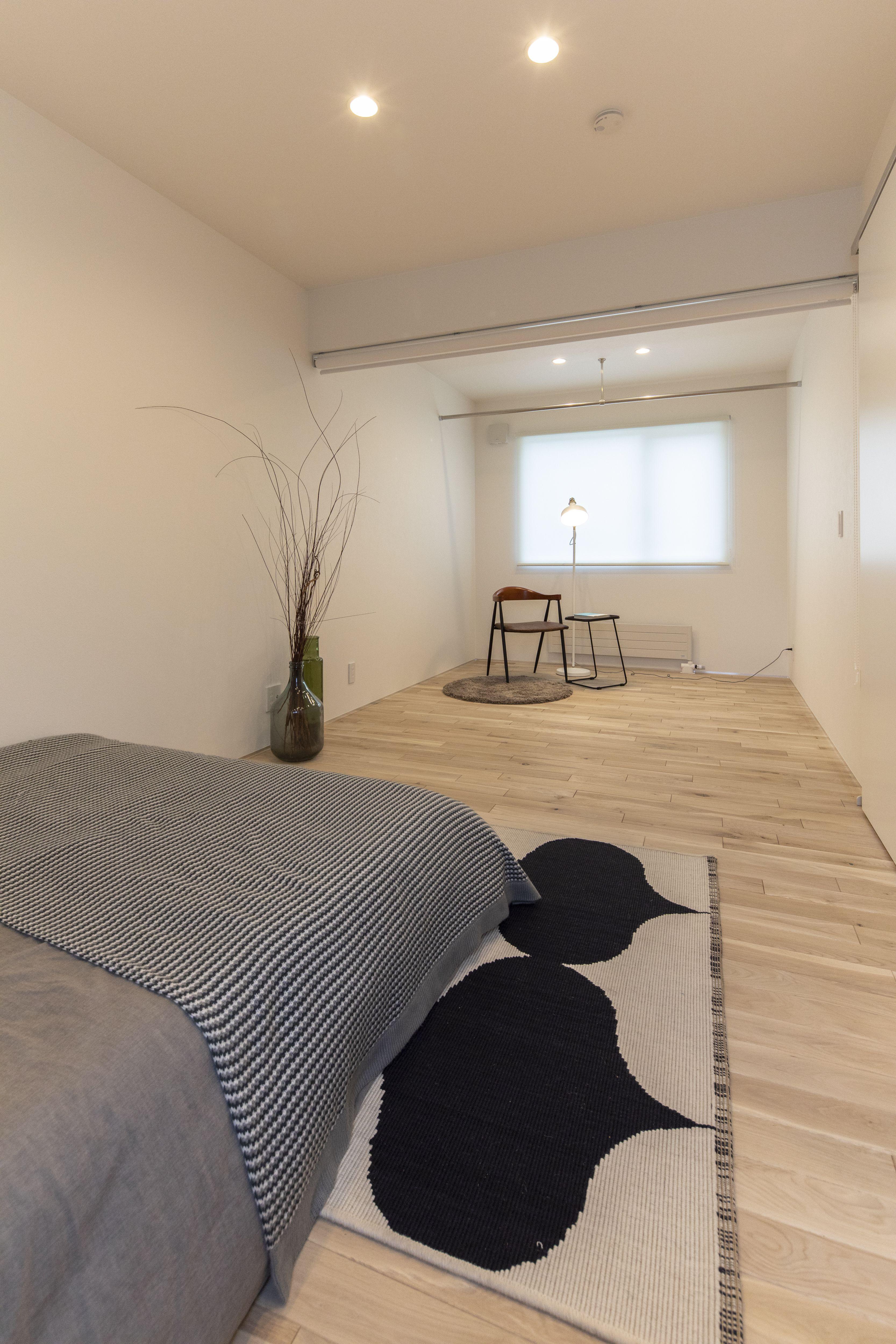 広めの寝室は ベッドを置いてもゆとりのスペースが あるのが嬉しい