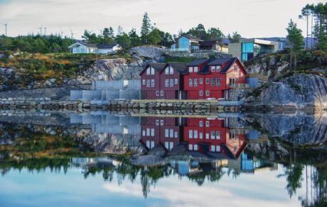 Fitjar  Vissershuis in Fjordarm. Er is een baai/boothuis direct gelegen aan het huis. Er zijn goede vismogelijkheden. Er is een mooi wandelgebied in het Fitjar gebergte. Het hoogste punt is op 676 meter en vanuit hier heeft u een mooi zicht op de zeespiegel met uitzicht op de scheren. Er zijn meerdere meertjes waar gevist kan worden. O.a. het 5 km lange Storavatnet. Het huis is gelegenop 4 km van winkels restaurants en een bioscoop. Het is een mooi gebied waar u ook goed kan vogelspotten. Er…