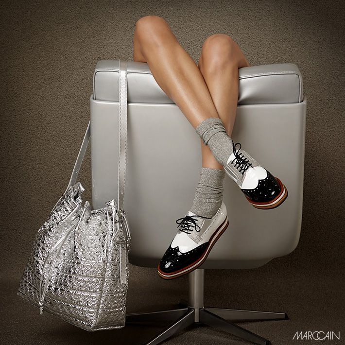 zum Rock muss es nicht immer eine Sandale sein – Schnürer im Budapester-Stil gehen auch, besonders mit zusätzlichem Silberglanz #Damenmode #Accessoires #Schuhe #Marccain