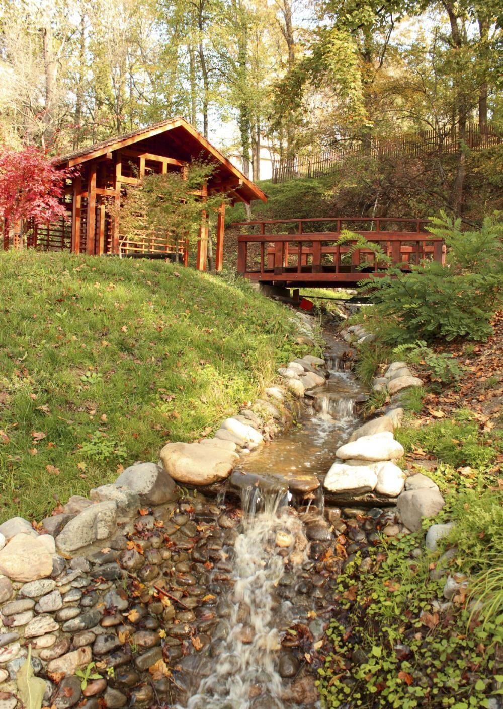 Ein Bachbett aus großen Kieselsteinen wirkt sehr naturnah und rustikal - bei uns erfahren Sie wie es geht!