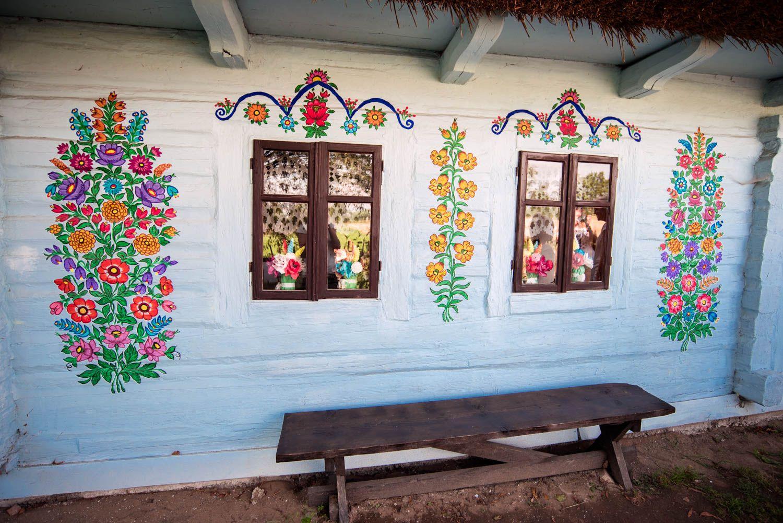 Czy To Jest Najpiekniejsza Polska Wies Malowane Zalipie Duze Podroze Local Painters Poland House Colors