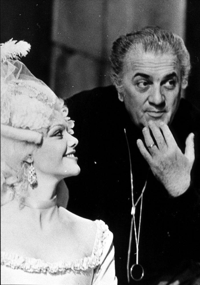 "Federico Fellini y Tina Aumont durante el rodaje de ""El Casanova de Fellini"" (Il Casanova di Federico Fellini), 1976"
