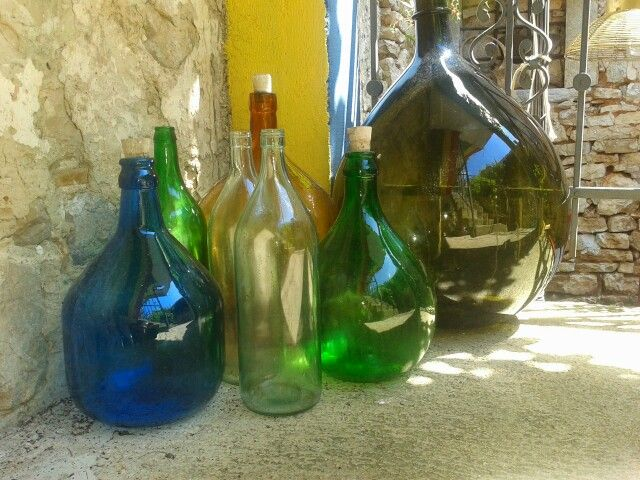 Oude glazen flessen, jazzcafe Bale , Croatie.