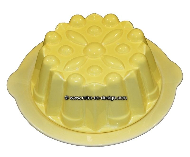 Brocant pottery pudding mold, yellow Pudding shape in yellow pottery from the 50s / 60s. Complete with the corresponding underplate.   Height: 8 cm Diameter:24 / 25,5 cm (with handles) http://www.retro-en-design.co.uk/a-45887084/pottery/brocant-pottery-pudding-mold-yellow/