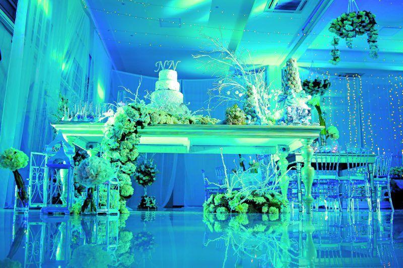 La iluminación cálida o fría determinan la intención de la decoración.
