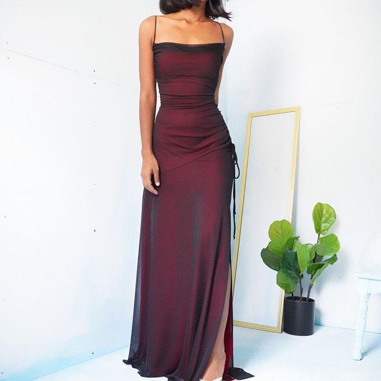 """Masha & Jlynn auf Instagram: """"SOLD Vintage Late 90s – Early 00s rot und schwarz geschichtetes Netzkleid für eine Größe S. Stretchiges und tailliertes Oberteil. Pullover und versammelten sich auf einem … """""""