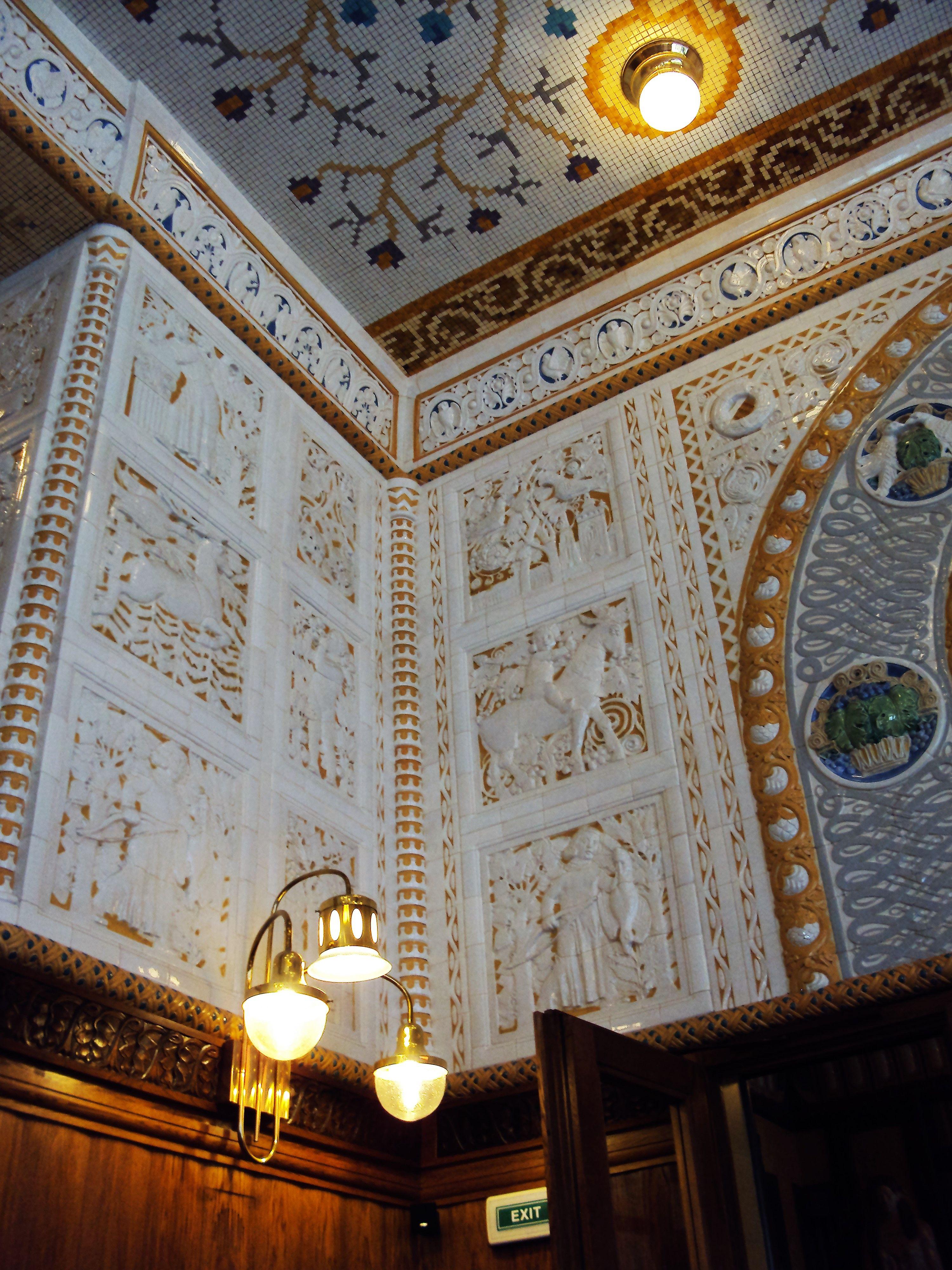 Café Imperial: detalhe da decoração em cerâmica