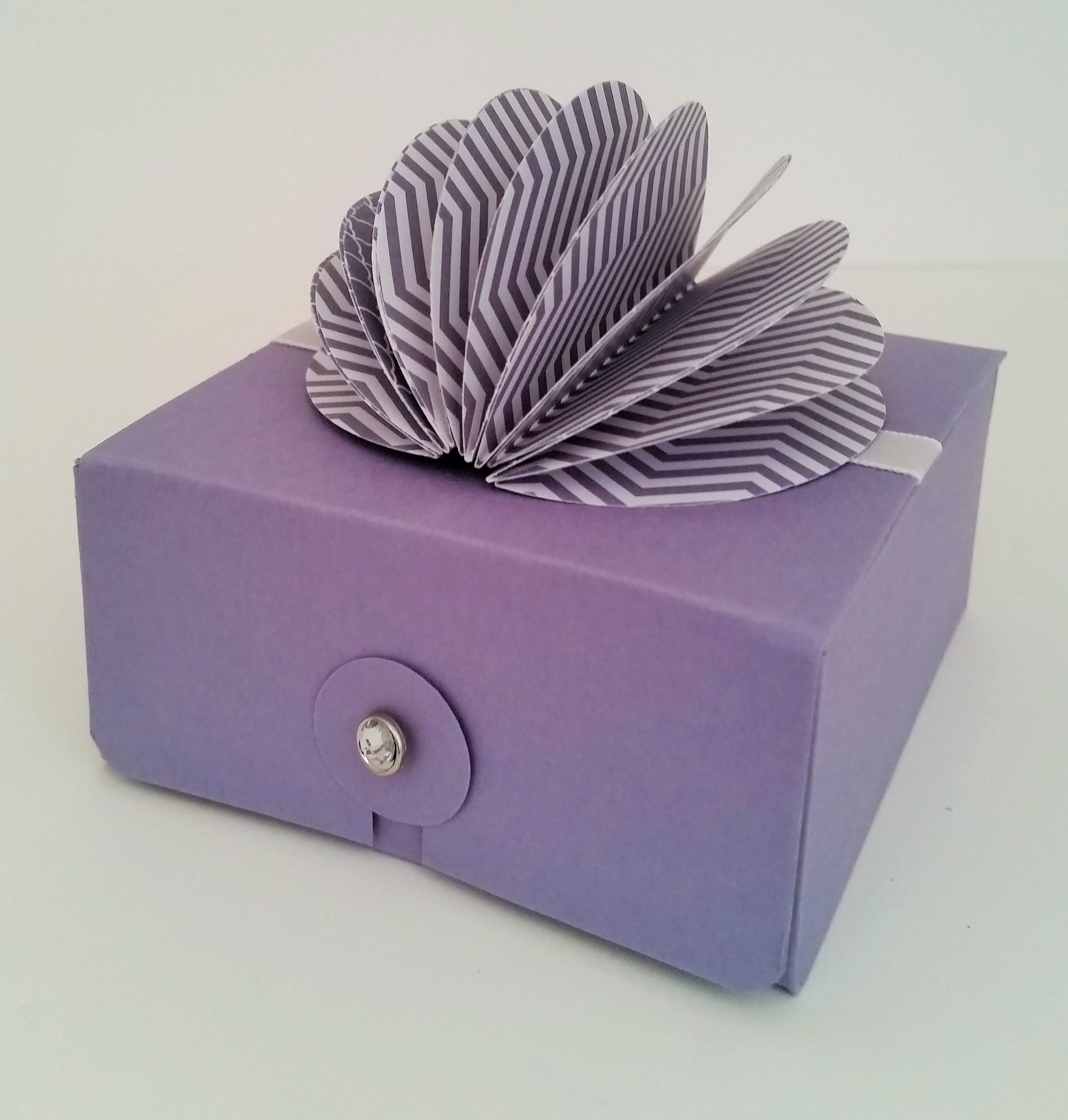 Cute Fold Flat Box With Ball Box Topper (Stampin Up)