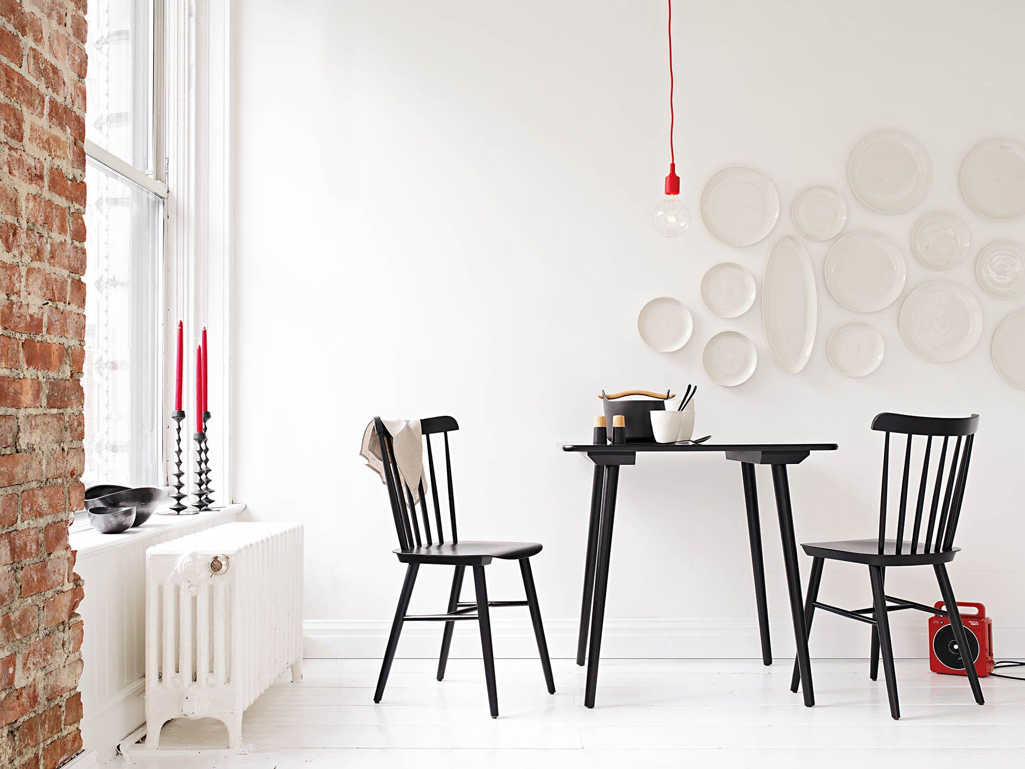Eponica Tisch Und Stuhl. Skandinavisches Design Lebt Von Seiner  Simplizität: Bloß Kein überflüssiges Dekor