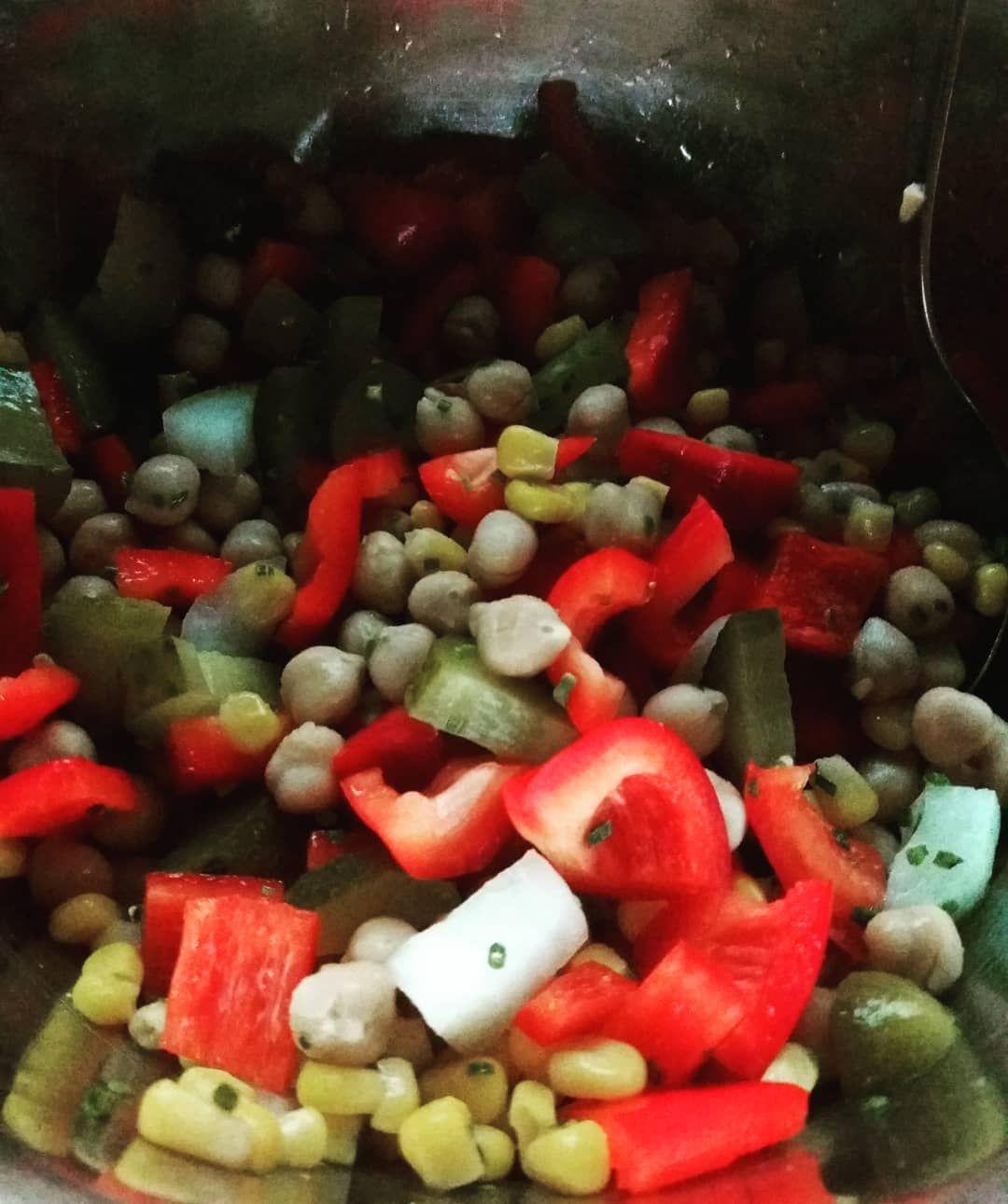 Zum Abendessen gibts jetzt Kichererbsen mit Paprika, Mais,Zwiebeln und Gewürzgurke. Da mein Salatkräuter leer ist wird nun Petersilie genutzt.