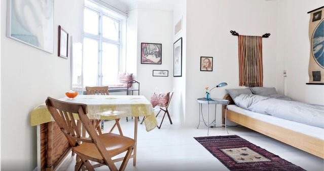 Dormitorio con estudio incorporado de estilo danés en Copenhague. http://www.decoandliving.com/2014/01/escapada-copenhague-en-un-piso-bohemio.html