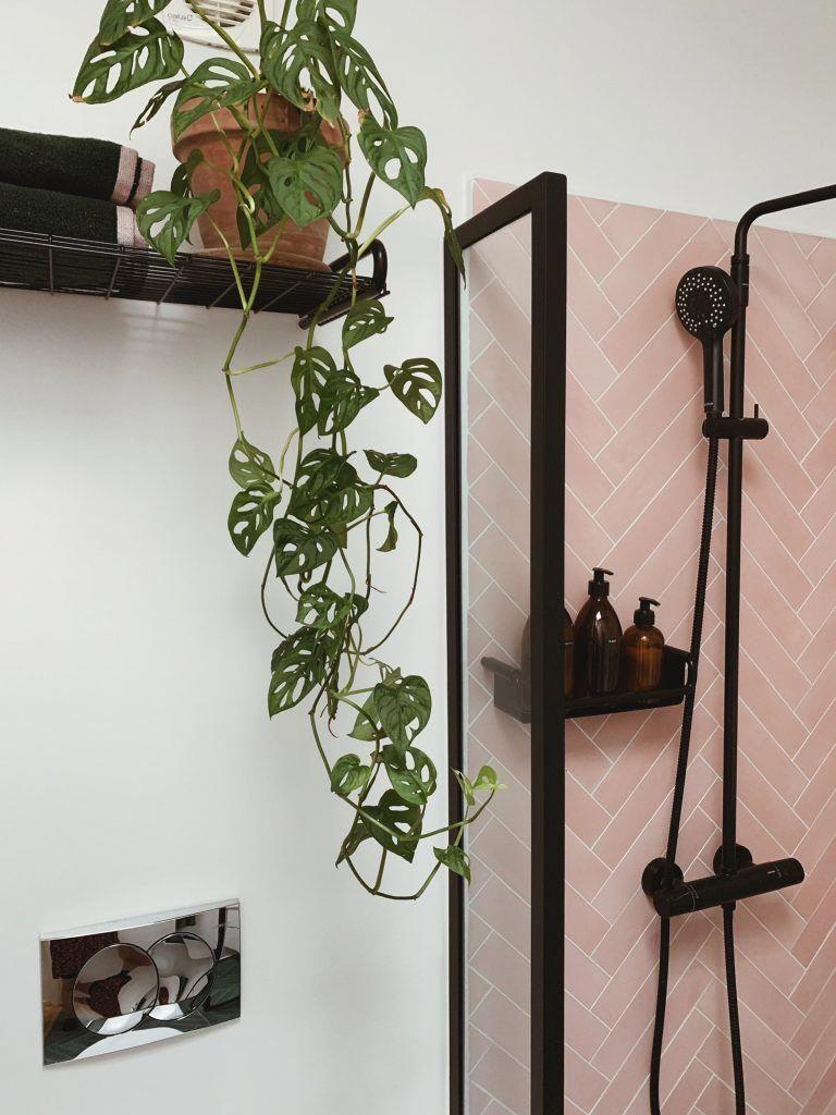 Badevaerelse I Nybyg Med Lyserode Sildebens Fliser Og Sorte Detaljer Ditteblog Dk Bathroomplants In 2020 Rustic Home Interiors Bathroom Interior Design Rustic House