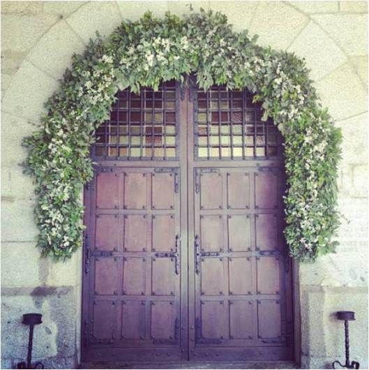 Arco iglesia flores decoracion floral boda brumalis - Arcos de ladrillo rustico ...