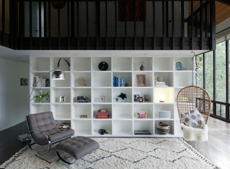wohnzimmer-ohne-sofa-bücherregal-hängesessel-holz ...