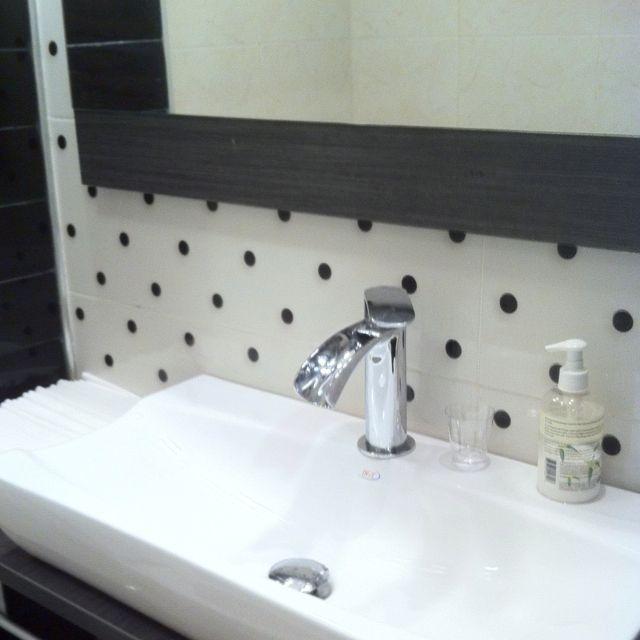 Has pensado en poner azulejos de lunares en el baño,mirar como ...