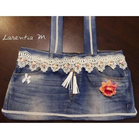 Sac en jean ruban dentelle avec petites roses, pompons blanc et rose en tissu