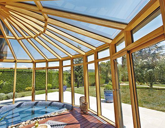 Idéale pour profiter d'un moment de détente dans la piscine en toutes saisons, cette véranda de ...