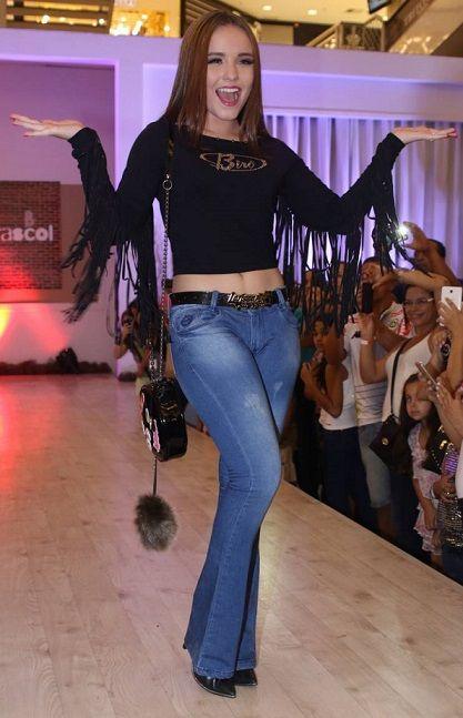 0fa14e82a6261 Fotos Da Larissa Manoela, Calça Jeans, Roupas, Victoria Secret, O Segredo,