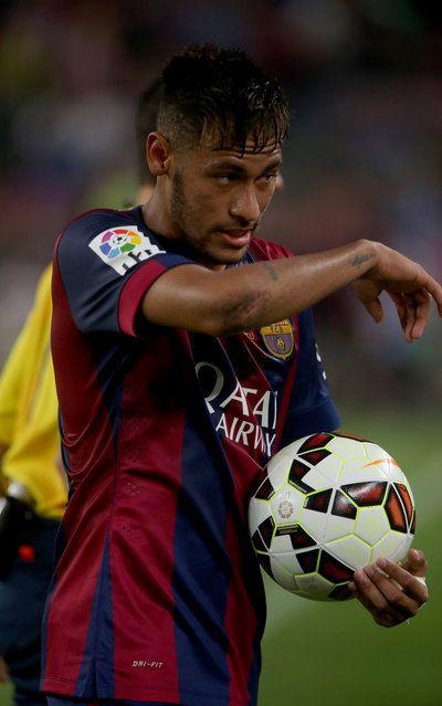 Neymar sale del campo con el balón