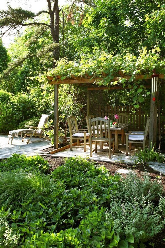 Natürlicher Garten mit überdachter Sitzecke Small garden design - pflegeleichter garten modern