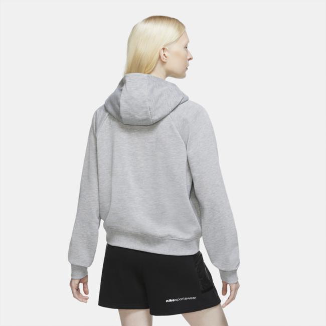 Der Nike Sportswear Hoodie besteht aus besonders flauschigem Fleece mit einer angerauten Innenseite für ein weiches, eingetragenes Tragegefühl an jedem Tag. Leuchtende Neonfarben auf ausgewählten Farbgebungen runden das Paket ab. Liebe zu Sneakern Die Nike Grafiken wurden von den gestapelten Logos auf Nike Schuhschachteln inspiriert. Damit zeigst du deine Liebe zum Sneaker-Style. Angenehmer Tragekomfort Die dreiteilige Kapuze bietet schnellen und bequemen Schutz für unterwegs.