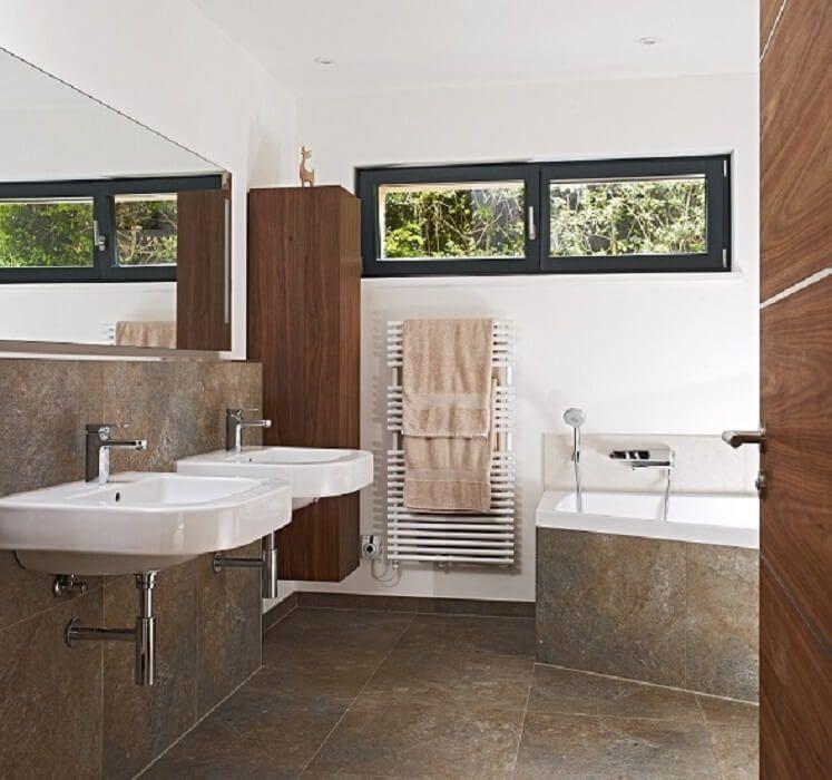 Modernes Bad mit Doppelwaschbecken und Naturstein Fliesen - badezimmer design badgestaltung