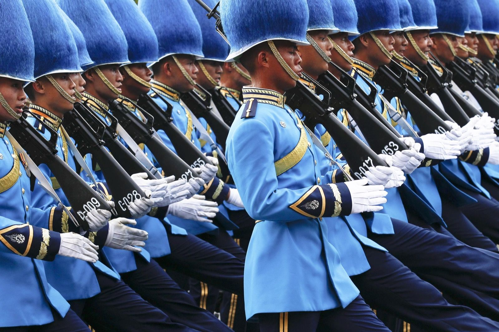 La Guardia Reale marcia davanti al Grand Palace durante una parata militare a Bangkok. REUTERS / Chaiwat Subprasom