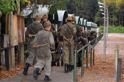 De cursisten arriveren bij hun onderkomen voor de komende 8 weken, het vernieuwde Bakhuis-Roozeboomkamp