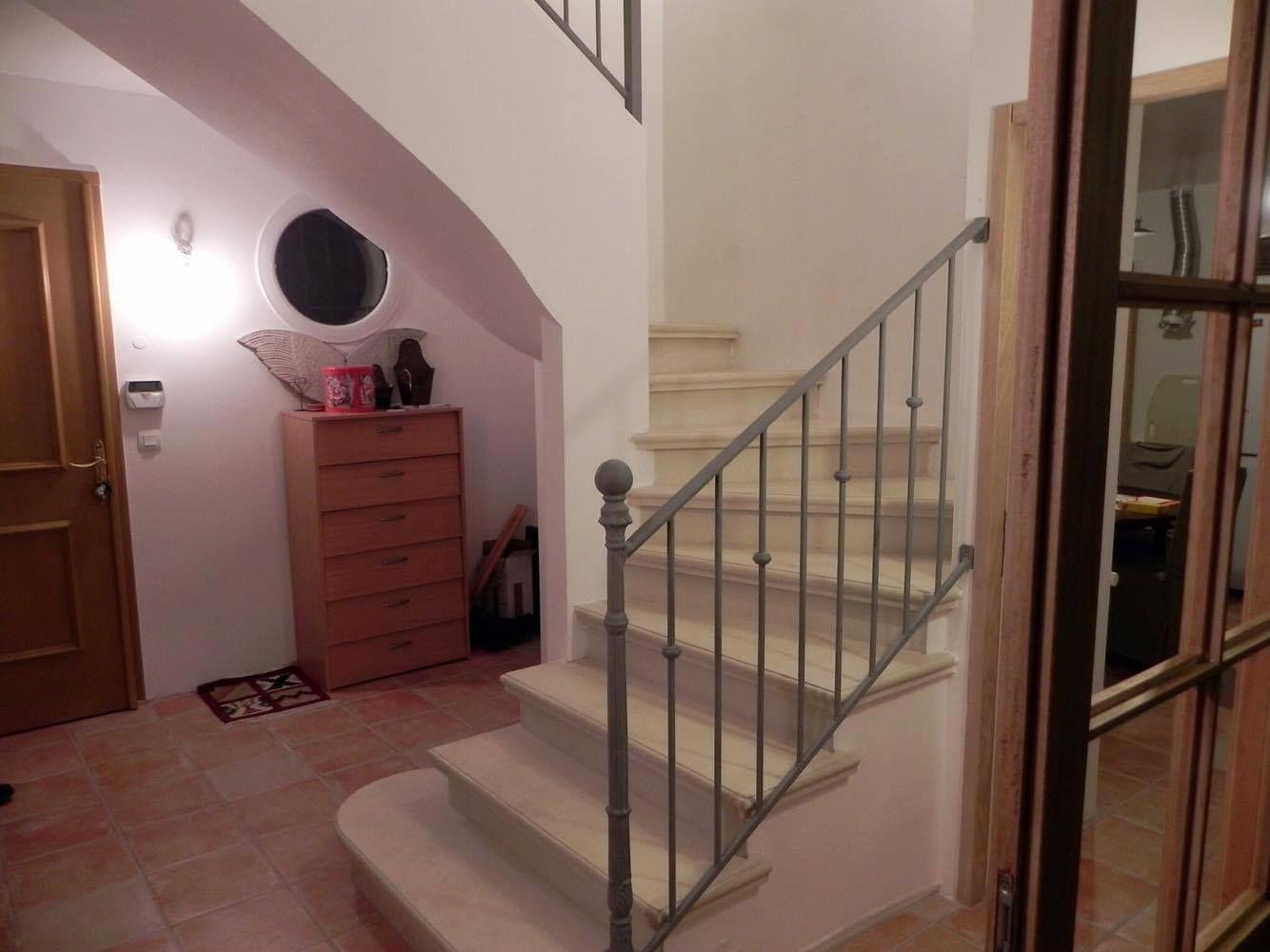 Fabrication Et Pose D Escalier En Beton Teinte A Carcassonne Et Toulouse Escalier Beton Beton Teinte Escalier