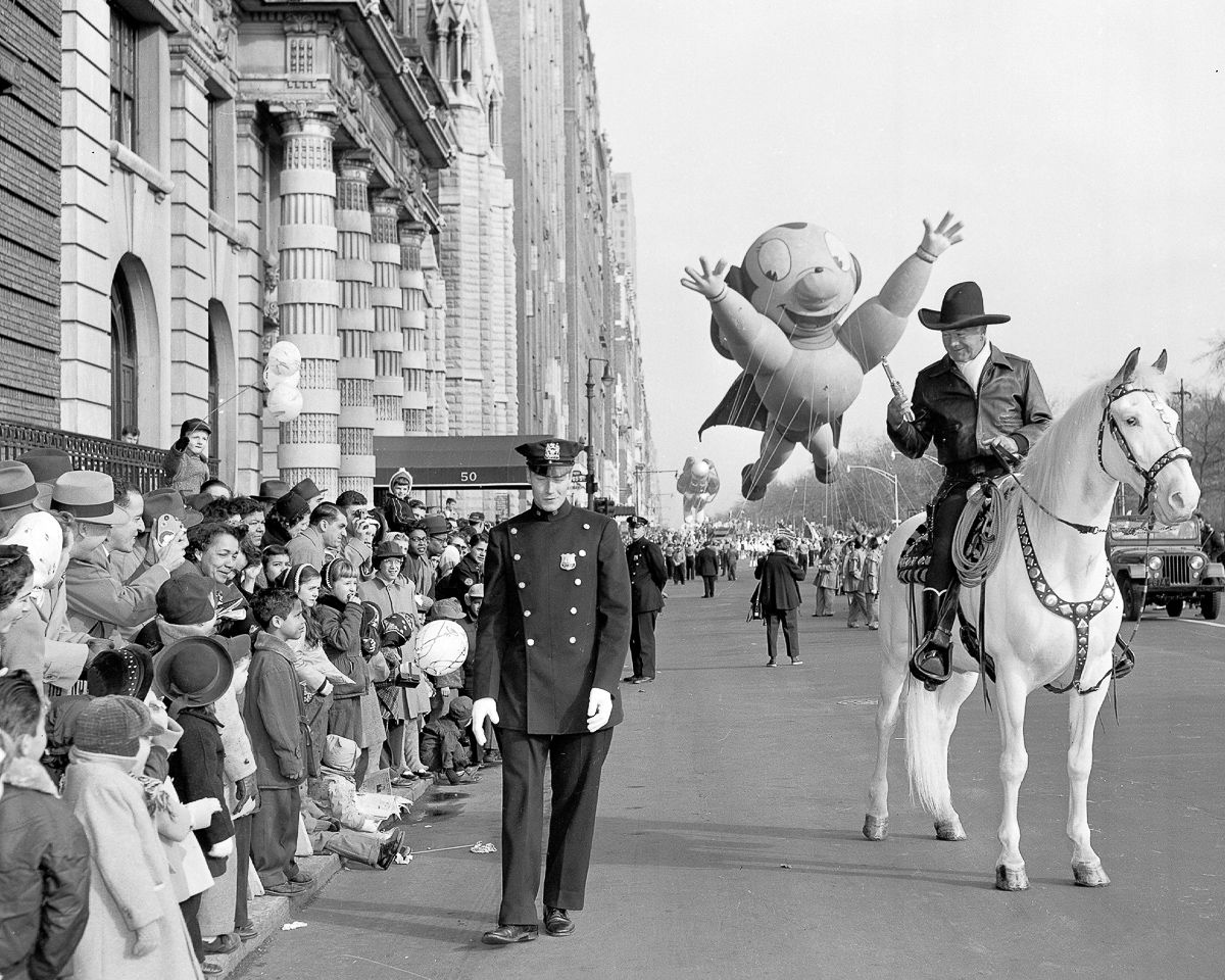 Hopalong Cassidy And Topper In Macy S Thanksgiving Day Parade Macys Thanksgiving Parade Thanksgiving Parade Macy S Thanksgiving Day Parade