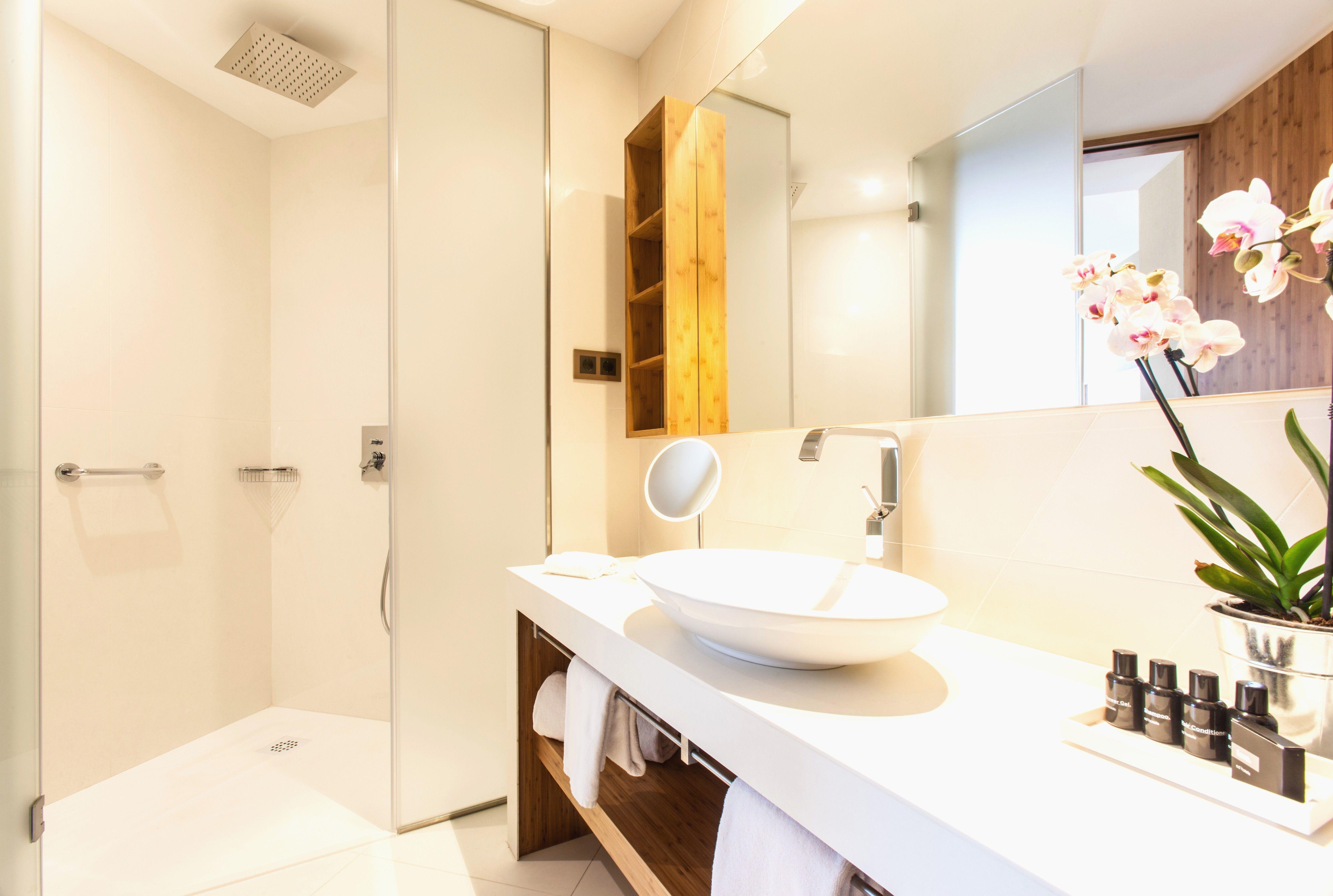 More Than 30 Awesome Small Walk In Closet Ideas Elegant Bathroom Design Guest Bathroom Decor Bathroom Remodel Designs