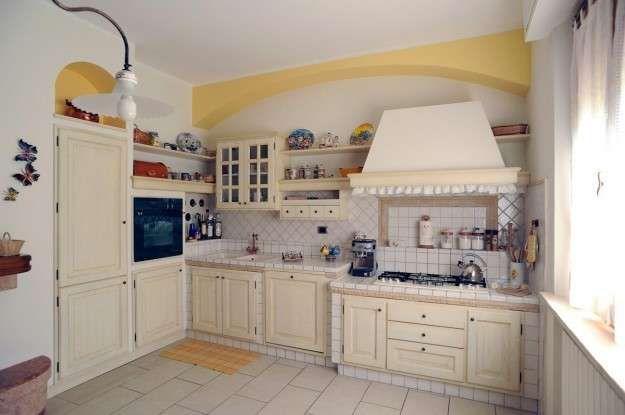 Cucine in finta muratura - Cucina con piastrelle bianche