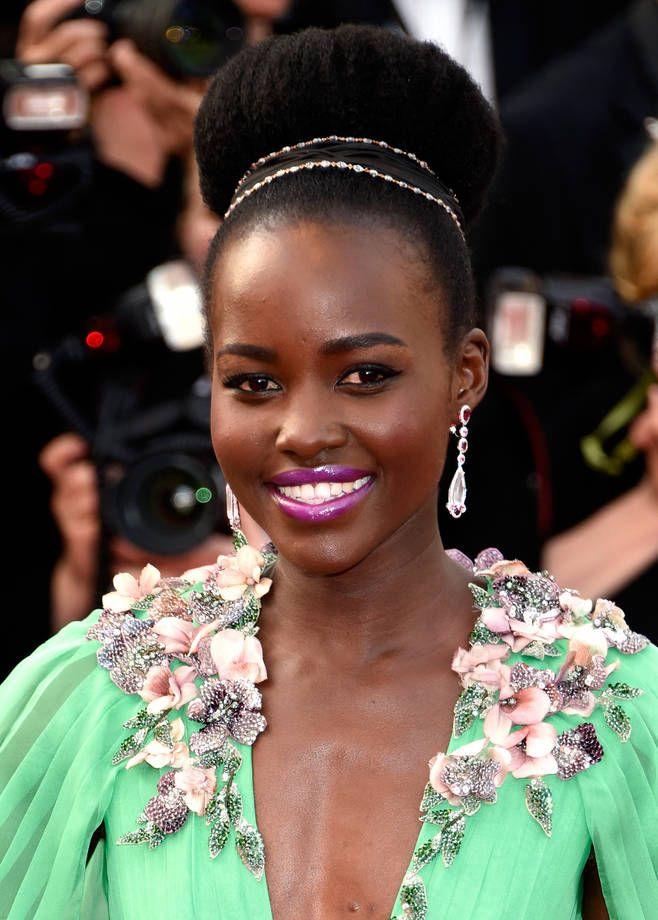 Le acconciature delle star di Cannes 2015 | Maxi chignon con fascette di strass per Lupita Nyong'o | FOTO
