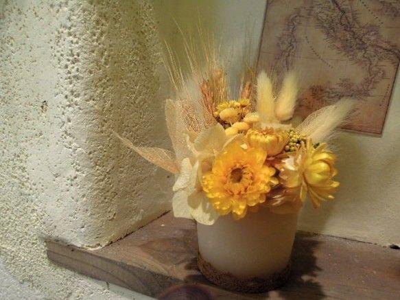 秋の金色に輝く麦畑をイメージして麦や色々な黄色系の花などを盛り込み、ゴールド色に染めたスケルトンリーフを ポイントにした「火を灯さないアロマキャンドルアレンジ...|ハンドメイド、手作り、手仕事品の通販・販売・購入ならCreema。