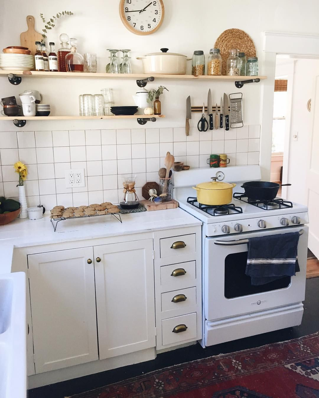 Vintage-style GE stove, cabinets, hardware. But not square tile ...