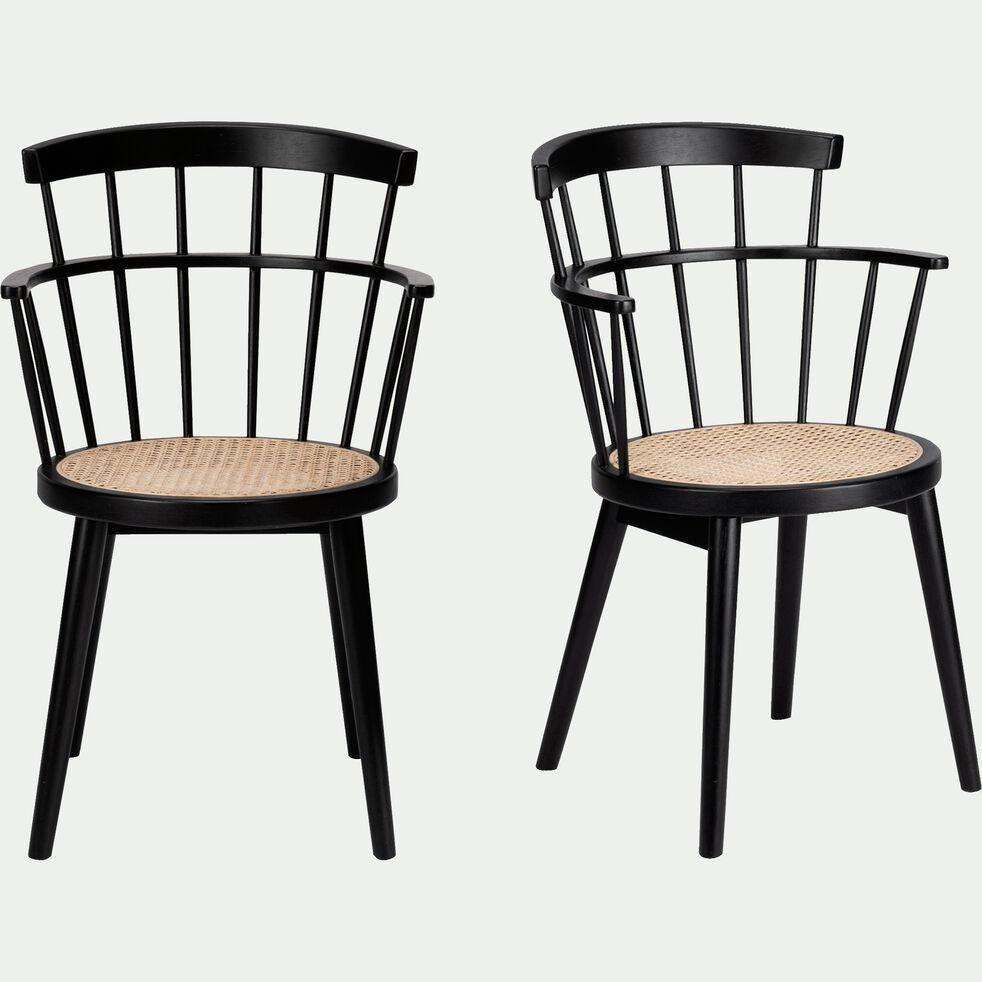 chaise en cannage avec accoudoirs