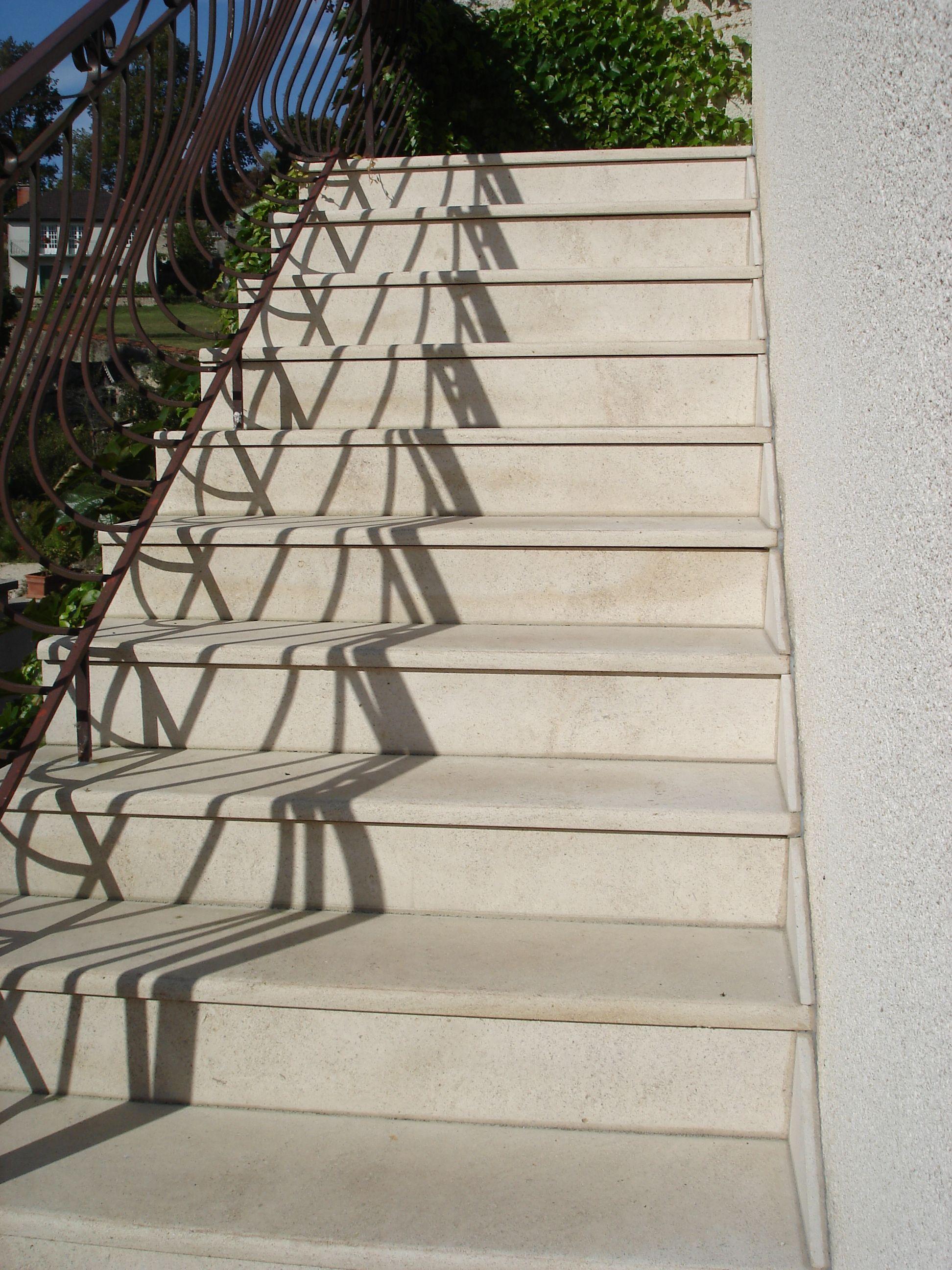 Escalier En Pierre Naturelle De Bourgogne Semond Clair Habillage Des Marches D Un Esc Carrelage Escalier Exterieur Habillage Escalier Beton Habillage Escalier