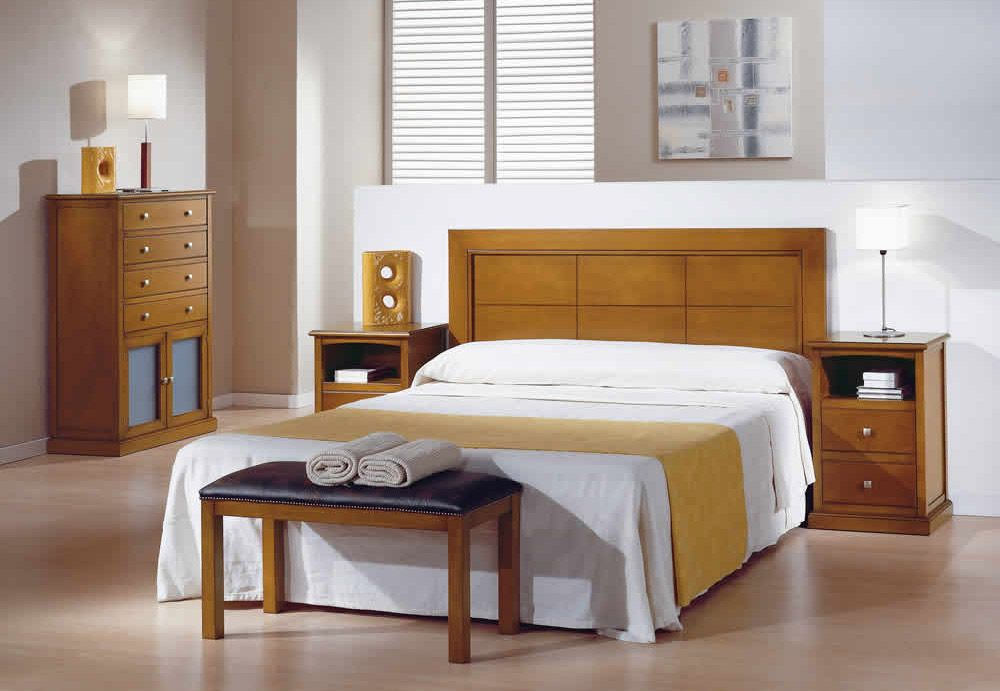 dormitorio de matrimonio en madera maciza con cabecero de cama y muebles barnizados en color