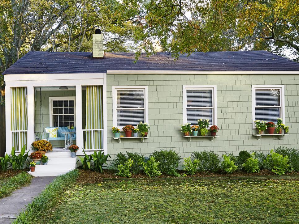 16 Inspiring Curb Appeal Transformations Hgtv In 2020 Mobile Home Landscaping Curb Appeal Mobile Home Exteriors