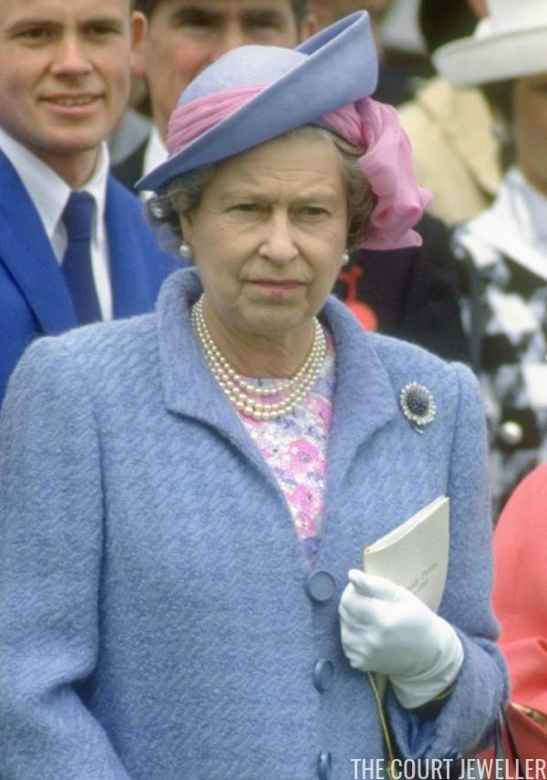 The Sapphire Chrysanthemum Brooch The Court Jeweller Queen Elizabeth Ii Queen Elizabeth Sapphire