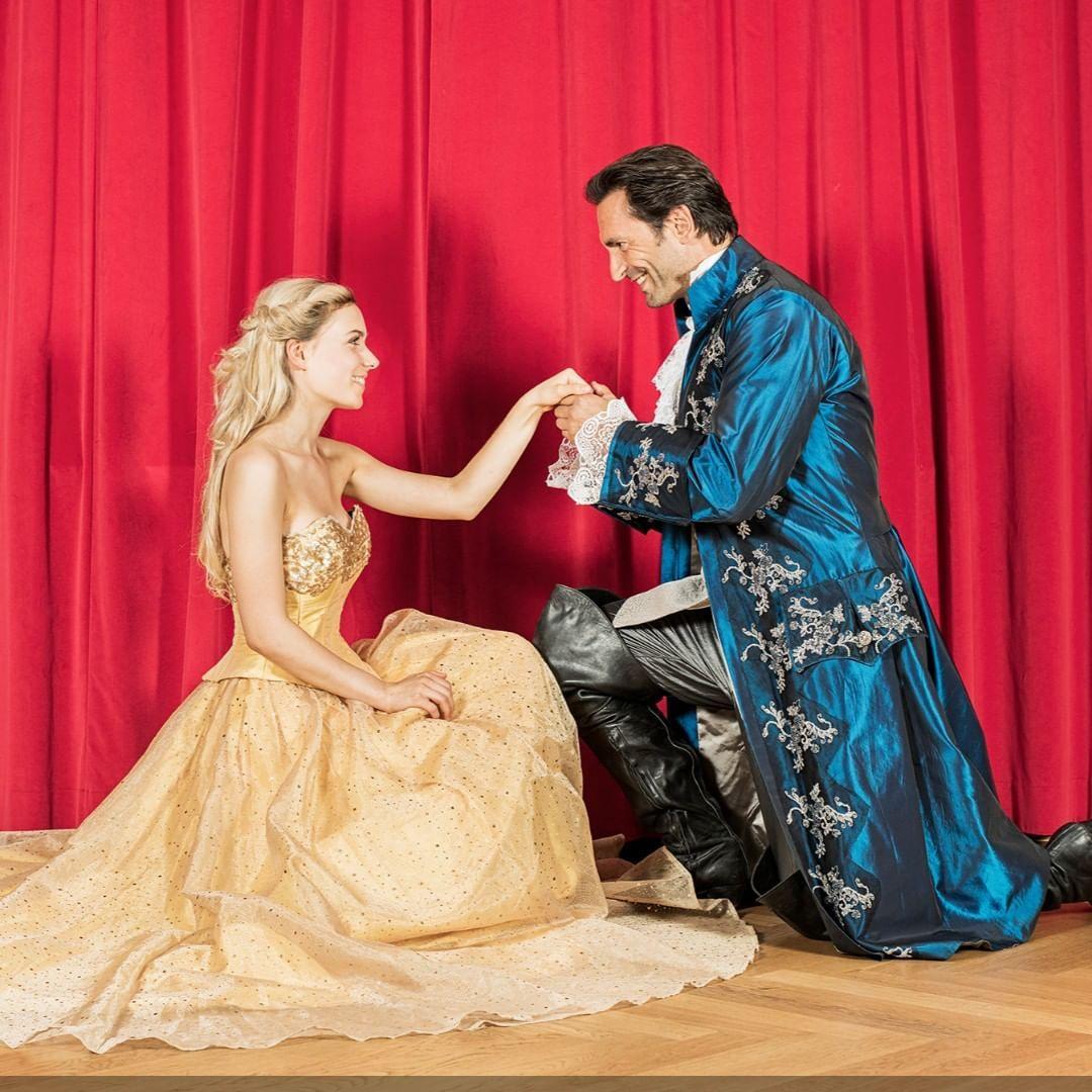 Unser Wochenendtip Das Einzigartige Theatererlebnis Die Schone Und Das Biest Erlebe Eines Der Romantischsten Musicals Alle In 2019 Theatre Disney Characters Disney