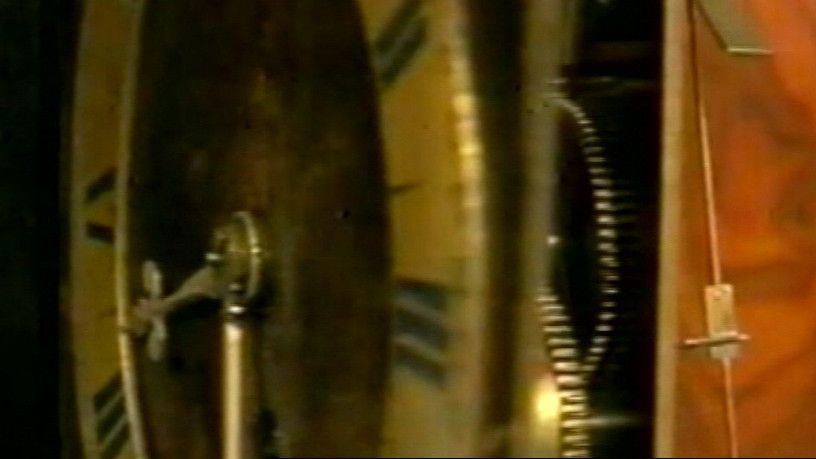 Op tweede kerstdag 1656 maakt de geleerde Christiaan Huygens de slingerklok. Voor die tijd zijn er andere klokken, maar die zijn lang niet zo nauwkeurig.
