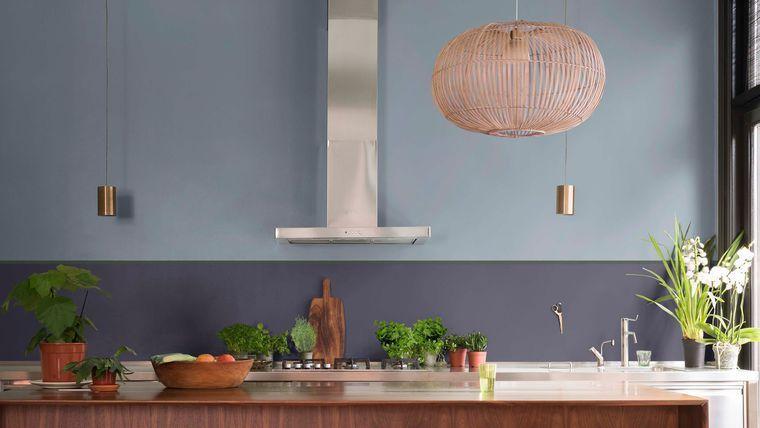 Cuisine avec bar en Bleu Gris et Myrtille Dulux Valentine | sdb ...
