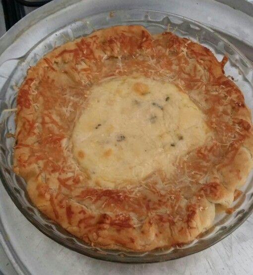 Torta de massa folhada com espinafre,  gorgonzola,  catupiry,  gouda e parmesão.
